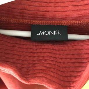 Långt tröja/klänning från Monki Storlek Xs Använd 1 gång, nyskick 75 kr 🚫 Djurfritt och rökfritt hem 📍Kan mötes upp i Mölnlycke/Göteborg 📤Kan skickas mot fraktkostnad