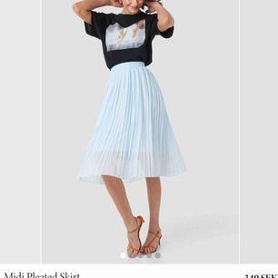 Superfin plisserad kjol från nakd💕 kommer ej till användning och har legat i garderoben nästan hela tiden sen jag köpte den.. nypriset är 349! Går att ha om man är en S också! Kan mötas upp eller frakta
