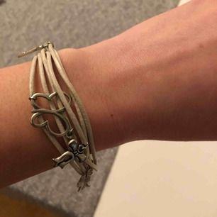 Armband i äkta läder med hängen 55 kr 📬Kan skickas mot fraktkostnad(11 kr) 🚭Djurfritt och rökfritt hem