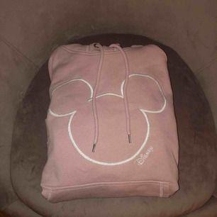 """Rosa """"Musse pig"""" hoodie ifrån H&M! 249kr nypris! 159kr inkl frakt."""