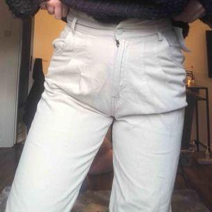 Super snygga mom Jeans i storlek 36 i färgen beig🥰🥰
