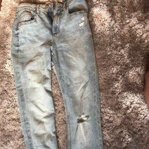 Säljer att par super snygga Jeans i stork S med slitningar på, super somriga 💞🤪🤪