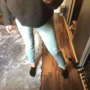 säljer dessa skit snygga jeans då dom är lite stora!! skor snygga med fransar där nere vid ankeln!!🥰