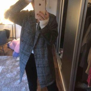 Säljer denna super fina rutiga kappa i storlek S, bärig och härlig då den är väldigt tunn🥰🥰