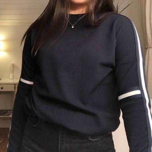 Marinblå tröja med vita sträck på armarna Endast använd ett fåtal gånger därför i väldig bra skick 💞
