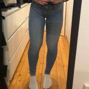 Säljer nu mina föredetta favorit byxor. De är lågmidjade och passar mig som är 150 cm. Baksidan ser likadan ut som de andra hollister jeansen jag lagt ut De har blivit lite tunnare i materialet men fungerar och ser ut precis som vanligt 💓💓