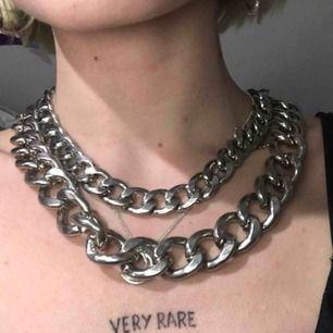 Supersnyggt halsband med dubbla kedjor. Halsbandet är väldigt tungt men sååå fint och piffar till vilken outfit som helst ✨ Väldigt bra skick