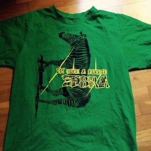 Oanvänd grön tshirt med zebraprint. Stl S. Frakt: 42 kr