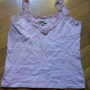 Ljusrosa linne i samma stil som det vita jag säljer. Märkt M men litet i stl så mer en XS/S. Frakt: 42 kr
