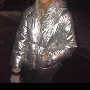 Sjukt cool dunjacka i silver från Zara. Köpt förra vintern, så finns inte i deras nuvarande sortiment. Köparen betalar frakt eller möts i Sthlm.