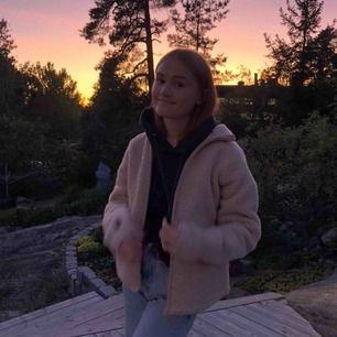 INTRESSEKOLL!!💓💓 på min Teddy fleece jacka från Monki, den kommer tyvärr inte till användning längre så om någon är intresserad säljer jag den:)