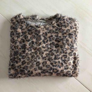 Leopard stickad tröja från zara! Använd 3 gånger! Mjuk och skön att bära!