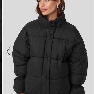 Använd ca en vecka! Säljs för jag fick en ny vinterjacka! Oversized pufferjacka med fin detalj i ärmarna. Kan tvätta den innan den säljs om du vill! Nypris 800kr