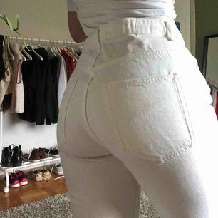 Jättefina vita jeans från weekday i modellen voyage. Storlek W30 L30, rätt stora i midjan! Köparen står för frakt✨
