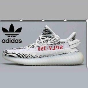 Söker dessa vita skor i storlek 38 eller 38,5
