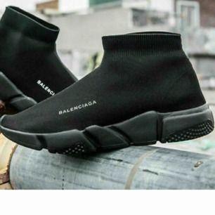 Söker dessa vita eller svarta  skor i storlek 38