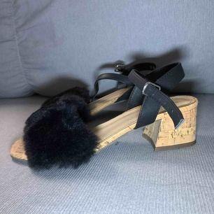 Säljer mina högklackade skor från skoboo i storlek 37 med fluff där fram. Klacken är 5cm hög. Säljer dem för att dem har blivit försmå. Jag har använt dem en gång för 2 år sedan. Säljare står för frakt❤️🥰
