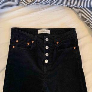 Bootcut byxa i manchester i en mörkblå färg! Varit en favorit men är nu för små. 200 kr och då ingår frakten💖💖💖