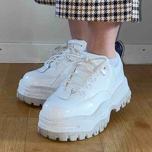 Ett par vita skor från Etys i modellen Angel. Nypris:2800. Har blivit använda ett fåtal gånger så är fortfarande i fint skick. Kan antingen mötas upp i Stockholm eller frakta, isåfall tillkommer fraktkostnader. Tar endast swish :)