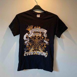 T-shirt med tryck. Köpt på en vintage-butik. Står ingen storlek men är uppskattningsvis en S-M🦋