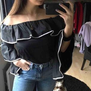 Söt svart blus med vita detaljer från Zara. Använd 1 gång så i mycket bra skick.
