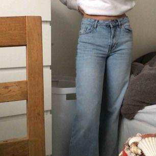 Ett par jeans från mango i flare-modell, ej använda pga för korta. Är 170 lång och de når ner till mina anklar Frakt: 50kr 🌟