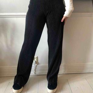 Svarta ribbade mjuka byxor från bikbok! Supersnygga och bekväma. Köparen står för frakt 💞🥰