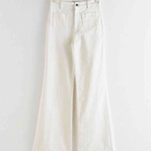 Sjukt snygga vita flare-jeans från &otherstories. Tyvärr fel storlek för mig(passar W28/W30),stora i storleken. Perfekt längd för mig på 2meter(173😃)Nypris cirka 700kr