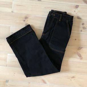 Blåsvarta jeans med kontrasterande sömmar. Hög midja och culottemodell.