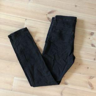 Grå skinny-jeans med stretch. Mkt sparsamt använda.