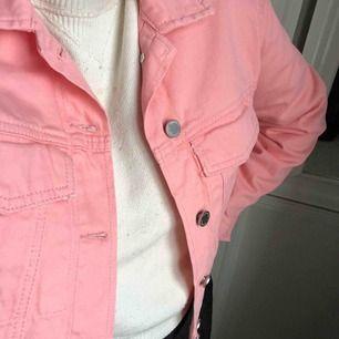 Trycker denim jacket gina tricot. Otroligt fin färg. Sitter jättebra. Helt oanvänd med lappar kvar. Köparen står för frakt 🤩