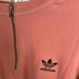 Sjukt snygg och ovanlig adidas tröja. Smutsrosa färg.