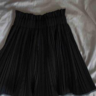 Svart volang kjol från Zara