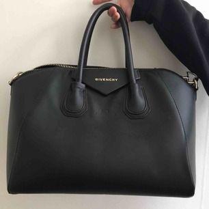 Givenchy inspererad väska köpt här på plick tyvärr är det långa axel bandet man får med trasigt (det va de när ja köpte den) samt lite sliten vid handtagen se bild men där av priset kan tänka mig gå ner i pris vid snabb affär