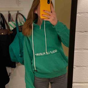 Grön Golf Le Fleur x Converse tjocktröja! Strl S(unisex modell). Jättskönt material och är använd ca 5 ggr så är i nyskick. 💚💚 jag är 173 cm lång och bär i vanliga fall, sitter oversized på mig fast på ett snyggt sätt!