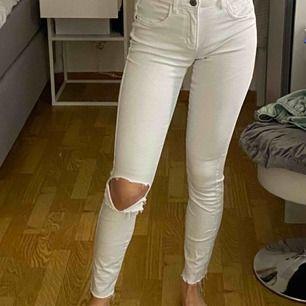 Jeans från only som jag klippt hål i och klippt av slutet för att få en rå kant. Är 162cm lång med långa ben. Super bra skick. Frakt inkluderad.💫💕💖🥰