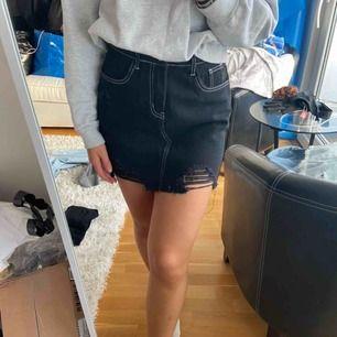 Jättefin kjol. Lappar kvar. Jag har vanligtvis storlek s och är 170cm.