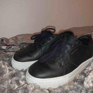 Säljer dessa sjukt snygga Axel Arigato skor för 850kr! Storlek 37 o bara använts en gång alltså är dem i nyskick. Säljes då dem är för små.