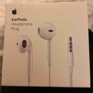 Ett par helt nya hörlurar som inte ens är uttagna från förpackningen!