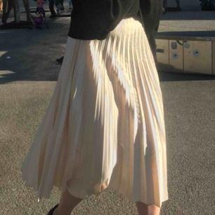 Jättefint plisserad kjol från zara! Säljer då den inte kommit till så stor användning:) Den är strl XS men skulle säga att den passar S också. Kan skicka mot att köparen betalar frakt kostnaden, eller mötas upp i Uppsala💘