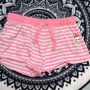 Rosa/vita shorts som hör till linnet jag säljer i en annan annons. Märkt 146/152 men jag kunde ha dem som xs/s. Frakt: 42 kr