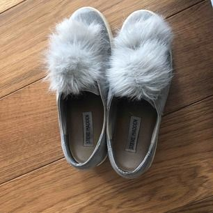 Steve Madden sneakers! Säljer ett par skor som jag inte använder längre, de är i relativt bra skick. Är knappt smutsiga alls!  Nypris: 1100kr Säljes för: 600kr Finns att hämta på Lidingö.