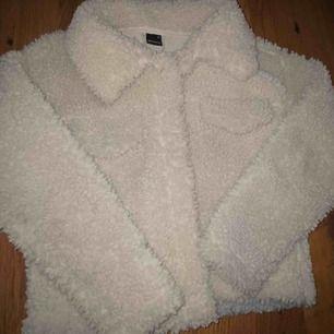 Säljer nu min oerhört fina fluffjacka ifrån Gina tricot, använd ett fåtal gånger i höstas men kommer inte till användning längre🌟🌟 Pris kan diskuteras och köparen står för frakt, mötes upp i Örebro