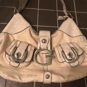 Fin beige väska från guess. Perfekt att hänga över axeln i vår och sommar till en ljus outfit!!