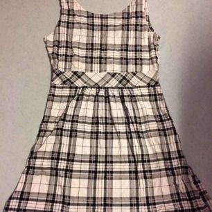 Supersöt svart/vit rutig klänning med fickor. Sparsamt använd. Priset är inkl frakt.