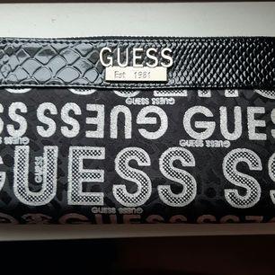 Snygg helt ny Guess plånbok modell större. Svart med lack och silveraccenter. Köparen står för frakt. Fler bilder kan skickas vid intresse,