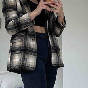 Säljer denna URsnygga blazer/kappa från H&M. Andvänd endast några få gånger och säljer då den inte längre passar mig. Sjukt snygg nu till våren/sommaren och funkar verkligen till allt💞 frakt inkl i priset