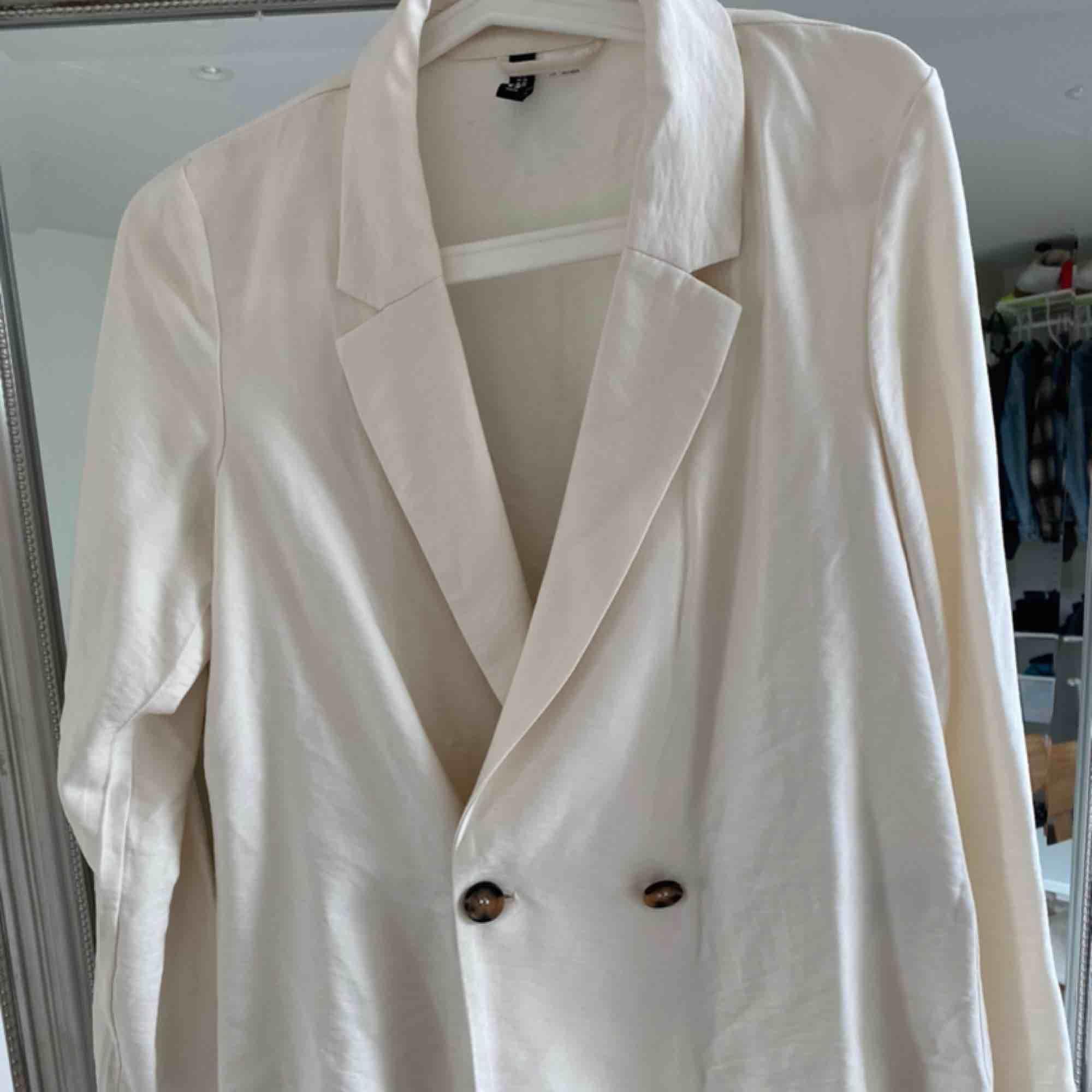 Säljer denna skit söta kappa/kofta som är lite gräddvit i färgen. Köpt på h&m och är i storlek men passar lätt mig som är S. Frakt inkl i priset❤️. Jackor.