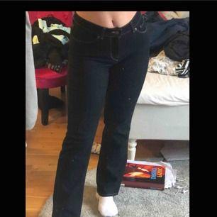 Blåa bootcut jeans från Levis, midwaist, stretchiga, passar för de som är runt 160cm. Använt typ 3 gånger