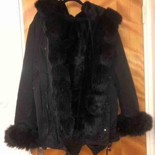 Hej! Säljer denna populära jacka köpt från Garoff i höstas. Jackan är i bra skick & allt finns med. Inga tydliga defekter jag märkt av. Säljer jackan pga att den ej kommer till  användning!  Möts upp i centrala STHLM.Fatima Parka